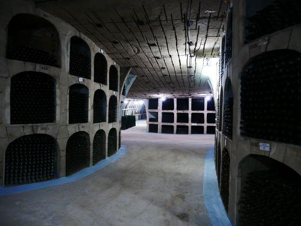 Maailman suurimmassa viinikellarissa Milestii Micissä säilytetään kahta miljoonaa viinipulloa.