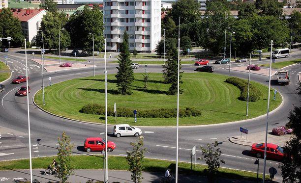 Tässä liikenneympyrässä myös vasemman vilkun käyttö voi olla tarpeen.