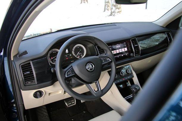 Ohjaamo on selkeää Skoda-tyyliä. Volkswagenin tapaisia digitaalisia mittareita ei ole tarjolla.