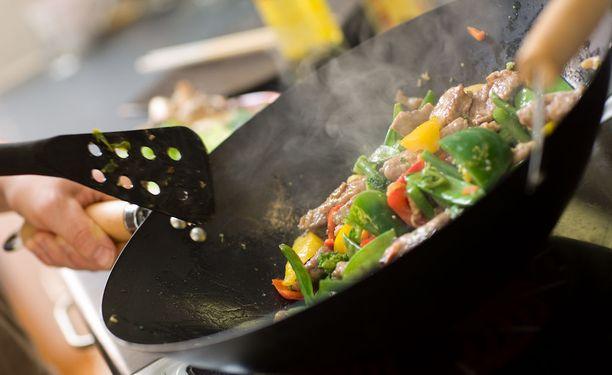 Suomalaisen aikuisväestön ruokavalio on pääosin muuttunut myönteiseen suuntaan, vaikka sisältääkin edelleen liikaa kovaa rasvaa ja suolaa.