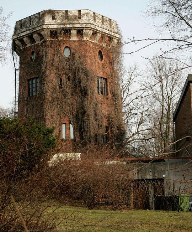 Omalaatuinen tornitalo on sisältä viimeisen päälle remontoitu.