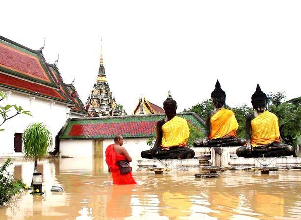 Temppeli tulvan keskellä eteläisessä Thaimaassa.
