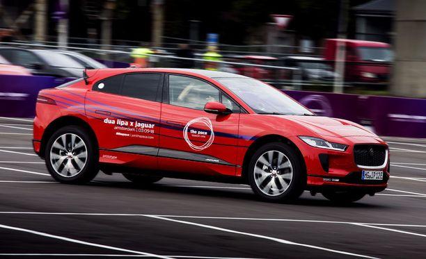 Raju kiihtyvyys ja hidastuvuus yhdistettynä Jaguar Land Roverin edistykselliseen nelivetotekniikkaan ja ajettavuuteen tekevät sähköauto I-Pacesta mainion musiikki-instrumentin.