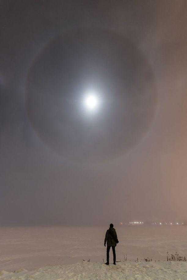 Atacan Ergin ikuisti itsensä harvinaiseen yhteiskuvaan Kuun haloilmiön kanssa.