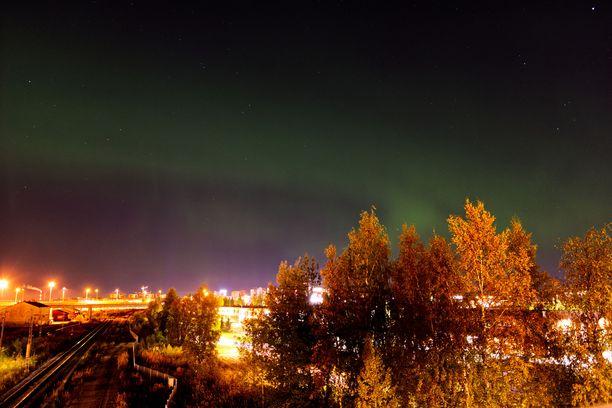Kuva on tältä illalta ennen kymmentä. Revontulet näkyivät Oulun korkeudella jo selvästi, mutta paljon hienompiakin näkymiä voi olla yön mittaan luvassa.