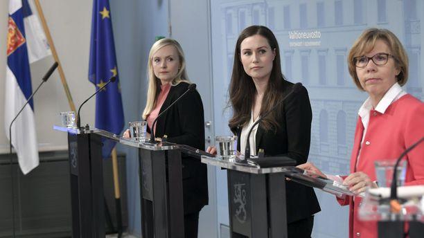Sisäministeri Maria Ohisalo (vihr), pääministeri Sanna Marin (sd) ja oikeusministeri Anna-Maja Henriksson (r) kertoivat keskiviikkona pidetyssä tiedotustilaisuudessa Uudenmaan liikkumisrajoitusten päättymisestä.