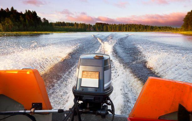 Poliisin mukaan veneilijä yritti ajaa vesijettiä kohti, jolloin jetti teki väistöliikkeen. Tästä sivuutuksesta syntyi aalto, johon syyttäjän mukaan veneilijä oli ajautunut. Kuvituskuva.