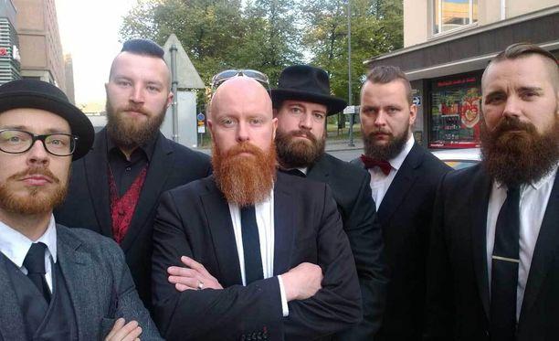 - Meitä on paljon eri puolilla maailmaa, yhdistyksen punapartainen varapuheenjohtaja, pankkiiri Timo Mäki kertoi Iltalehdelle jäsenten keskellä.