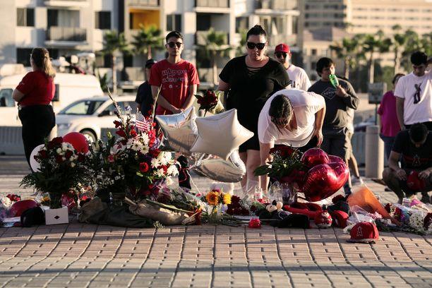 Anaheimissa sijaitseva Angelsin stadionin edusta täyttyi kukista suru-uutisen jälkeen.