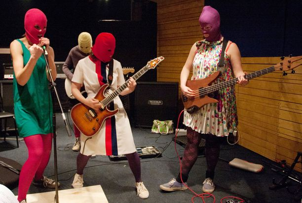 Pussy Riot on tunnettu värikkäästä pukeutumisestaankin.