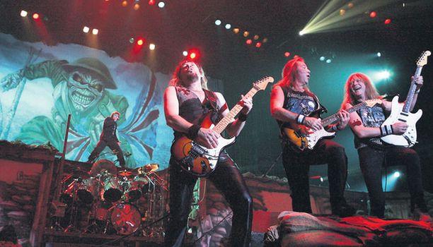EDDIE Maskotti seuraa aina Iron Maidenin mukana. Tässä Hartwall Areenalla 2006.