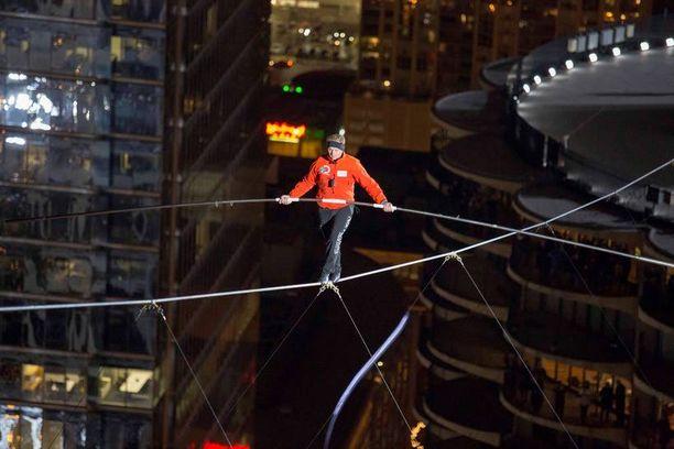 Nik Wallendan päätä ei huimannut hänen kävellessään ilman turvaköyttä 200 metrin korkeudessa Chicagossa.