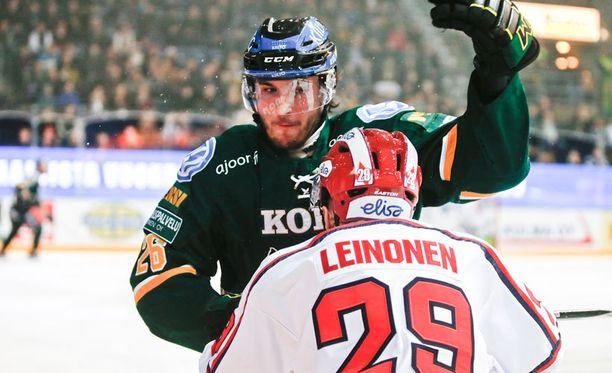 Ilveksen Eero Savilahti otti yliotteen IFK:n Toni Leinosesta.