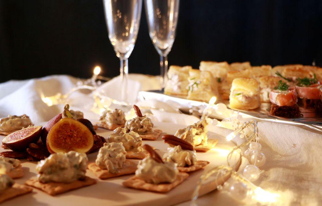 Uudenvuoden juhlapöydän cocktailherkut syntyvät nopeasti. Täytteitä voi vaihdella oman mielen mukaan.