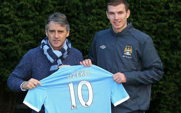 Edin Dzeko (oik.) pukeutuu Roberto Mancinin valmentamassa Manchester Cityssä kymppipaitaan.