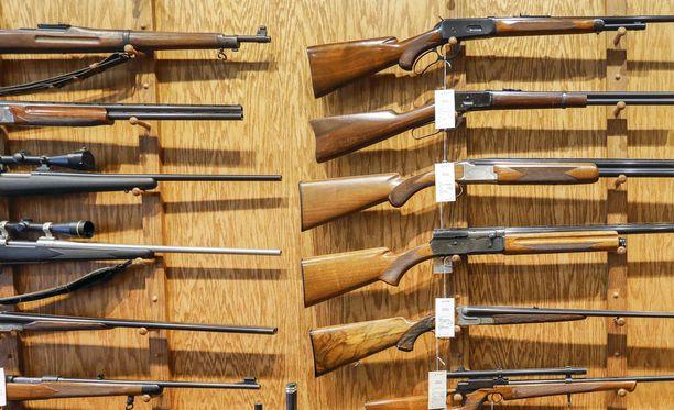 Miehen hallusta löydettiin suuri määrä aseita. Kuvituskuva. Kuvan aseet eivät liity juttuun.