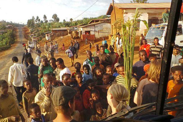 Ajokin pysähtyessä pienempään kylään ympärille kertyi aina runsaasti ihmettelijöitä.