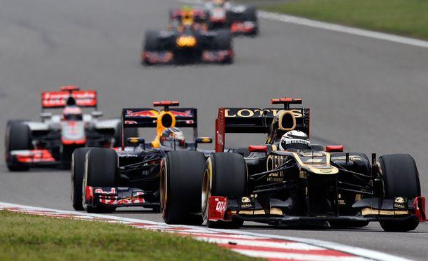 Kimi Räikkönen yritti pitää Sebastian Vettelin takanaan.