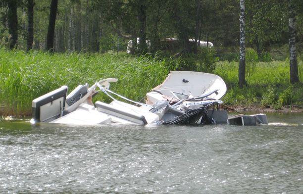 Murskautunut vene kertoo törmäyksen voimasta.