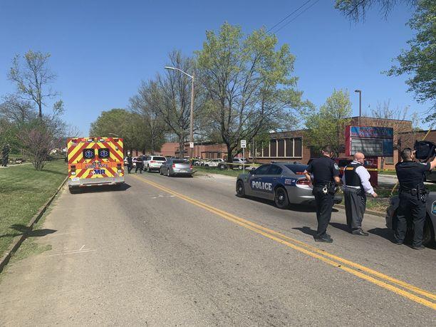 Poliisi piiritti lukion ja ohjasi opiskelijoiden vanhemmat hakemaan lapsiaan koulun takana sijaitsevalta baseball-kentältä.