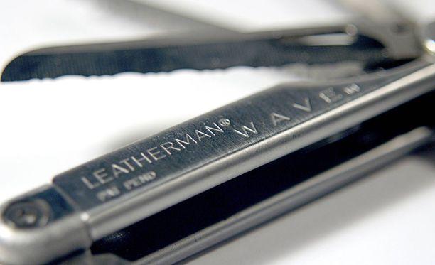 Isä iski poikaansa Leatherman Wave -monitoimityökalun 7-senttisellä veitsiosalla. Kuvituskuva.