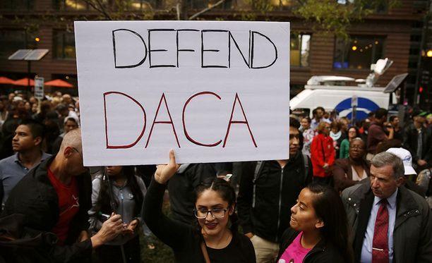 Yhdysvalloissa joukko osavaltioita haastaa presidentti Donald Trumpin hallinnon oikeuteen DACA-kirjainyhdistelmällä tunnetun Unelmoijat-suojeluohjelman lopettamisesta.