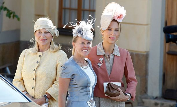 Chrisin äiti Eva O'Neill sekä kummit, lapsuudenystävä Alice Bamford ja sisko Tatjana d'Abo.