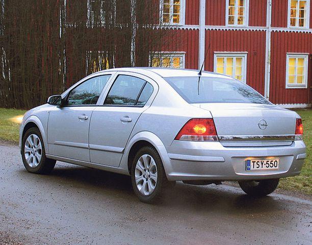 Sedanin muoto on tyylikäs ja antaa oikeansuuntaisen kuvan isosta autosta.