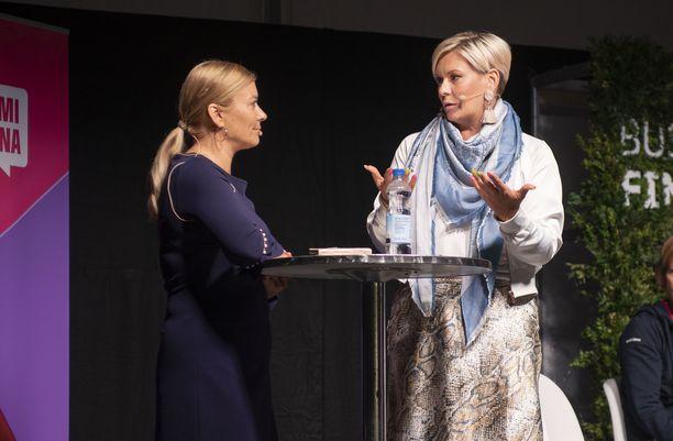 Juontaja Kirsi Alm-Siira ja Heidi Sohlberg.