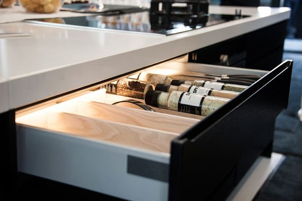 Keittiön vetolaatikon voi valaista myös sisältä.