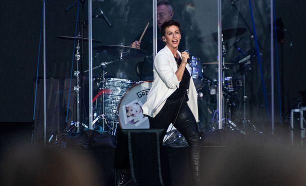 Lyhythiuksinen Morissette oli pukeutunut valkoiseen bleiseriin, mustaan paitaan, mustiin nahkahousuihin ja maihareihin.