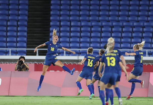 Ruotsin Fridolina Rolfö (18) tuuletti tekemäänsä 1–0-maalia Australiaa vastaan olympialaisten välierässä.