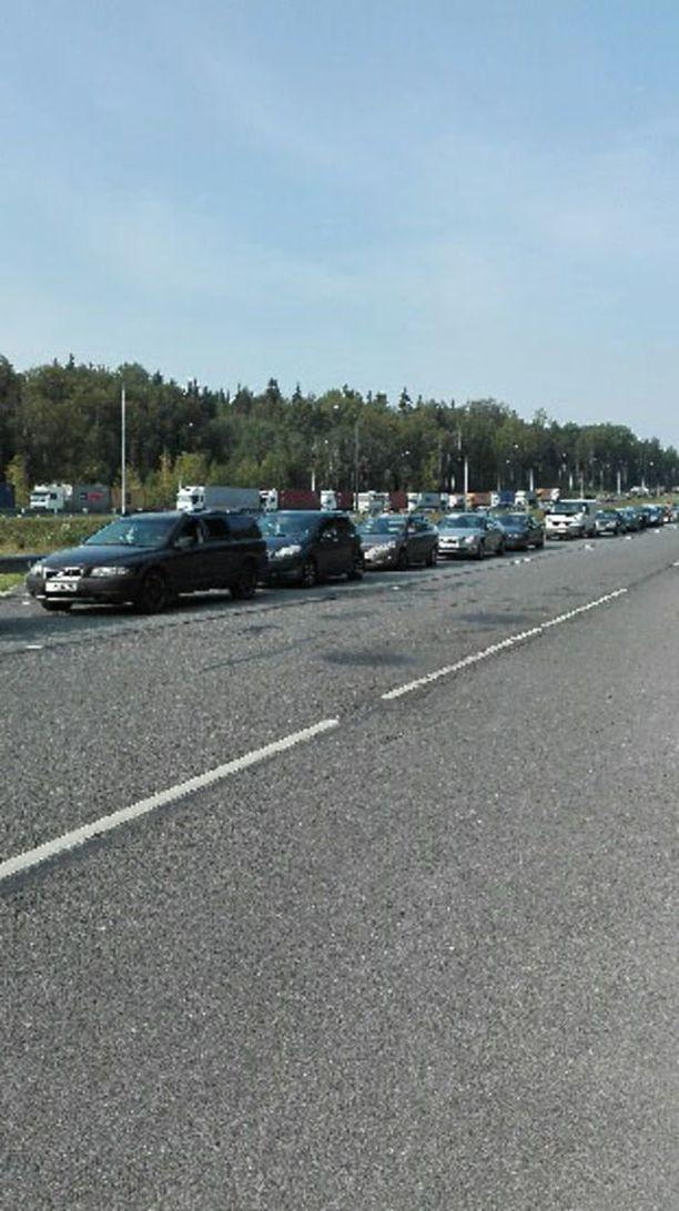 Vaalimaan raja-asemalla oli lauantaina aamupäivällä pitkä jono Venäjän suuntaan.
