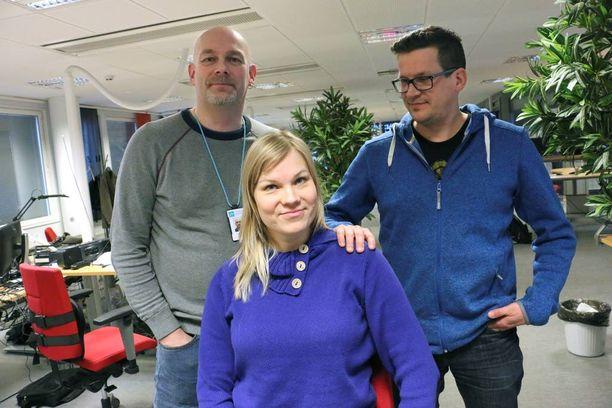 Yle Oulun toimittajat Ari-Pekka Sirviö, Kati Jurkko ja Antti Pylväs raportoivat tiistaina Pyhäjoella ydinvoiman vastustajien mielenosoitusta, kun englantia puhuneet aktivistit heittelivät heitä kivillä ja uhkailivat kameroiden rikkomisella.