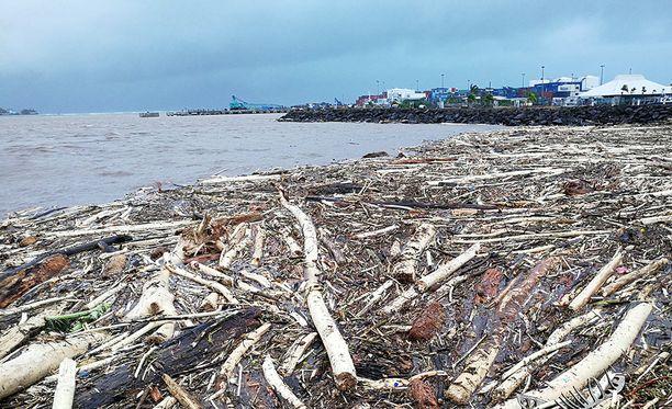 Tältä näytti Samoan pääkaupungin Apian satamassa lauantaina, kun Gita oli kulkenut ykköskategorian myrskynä sen ohi. Tongan myrsky saavuttaa 4- tai 5-kategorian syklonina.