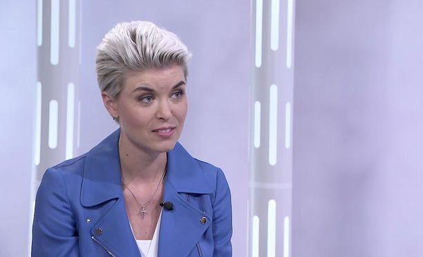 Susanna Koski huomauttaa, ettei puuteri älyä himmennä.
