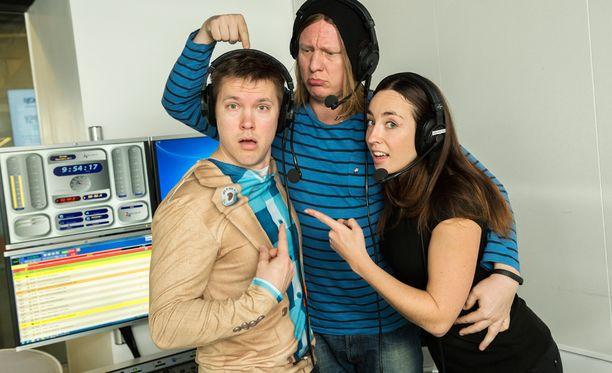 Juha Perälä, Jaajo Linnonmaa ja Anni Hautala poseerasivat studiossa vuonna 2013.