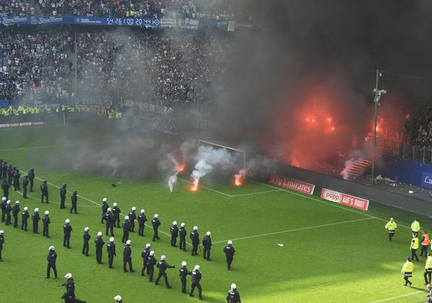 HSV:n fanit laittoivat hyrskyn myrskyn seuran toistaiseksi viimeisessä Bundesliiga-ottelussa.
