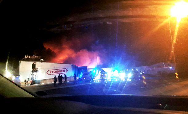 Perjantai-illalla Rantsilassa syttyneen Kylmäsen lihanjalostustehtaan tulipalon alueelle annettiin myös uusi vaaratiedote savunmuodostuksen takia aamukahdeksan jälkeen.