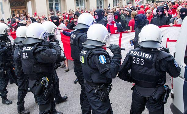 Poliisin joukkojenhallintajoukot ovat vahvasti läsnä Stadin derbyissä.
