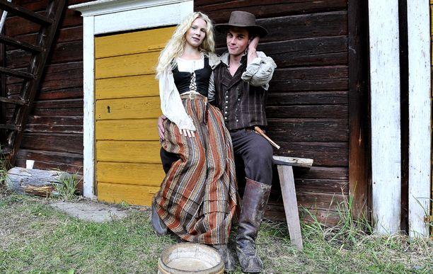 MOLEMMAT Lauri Tilkanen nähdään Härmässä ensirakastajan roolissa Pamela Tolan salakihlattuna. Tilkanen on näytellyt myös Paha Perhe -elokuvassa Pihla Viitalan kanssa. – Vaikea valita, kumpi on ihanampi. Ottaisin molemmat, jos saisin, hurmuri veistelee.