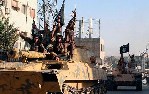Isis-taistelijoita juhlimassa, kun järjestö eteni ja alisti yhä uusia alueita valtansa alle Irakissa ja Syyriassa.