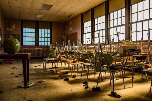 Koulu suljettiin, kun se yhdistyi toisen oppilaitoksen kanssa. Näitä tuoleja ei tarvittu uusissa tiloissa.