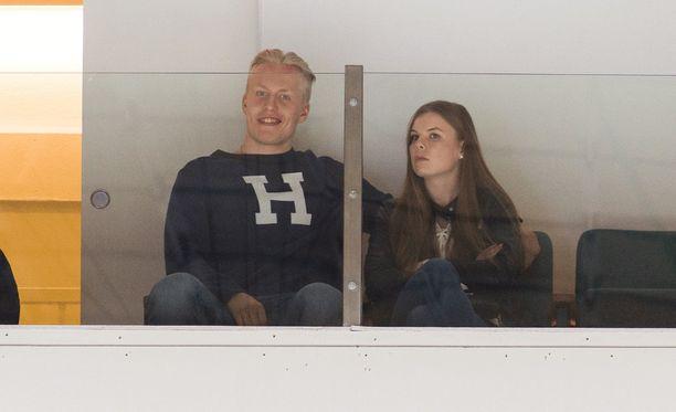Patrik Laine seurasi Tapparan ja HIFK:n ottelua yhdessä tyttöystävänsä Sanna-Marin kanssa.