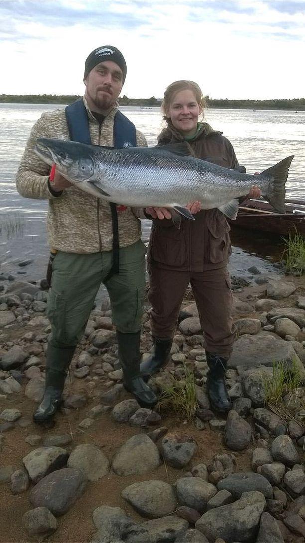 Miika ja Annika Mustajärvi livahtavat kalavesille aina, kun kolmen lapsen kiireinen arki antaa myöten.