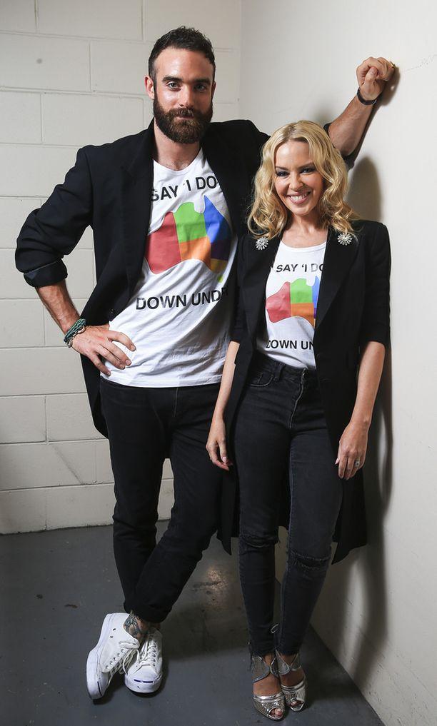 Kylie Minogue ja Joshua Sasse kuvattuna marraskuussa. Jo tuolloin Sasse oli iskenyt silmänsä Martaan.