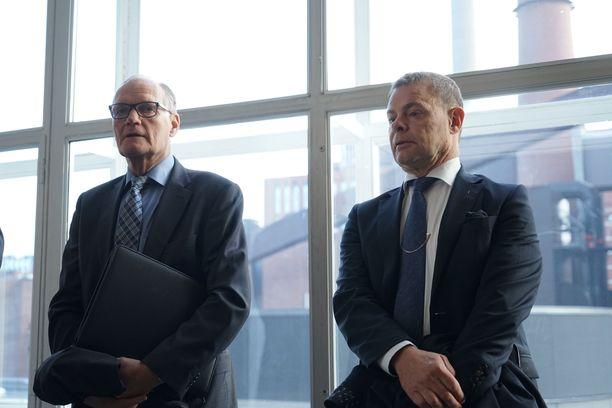 Eläköitynyt poliisiylijohtaja Mikko Paatero (vas.) ja virasta pidätetty KRP:n päällikkö Robin Lardot odottivat pääkäsittelyn alkua vakavina.