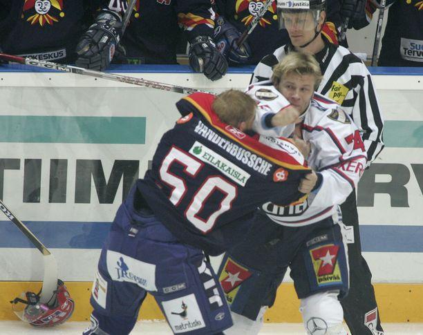 Pasi Nielikäinen ja Ryan VandenBussche tappelivat valtaisan kohun keskellä 3. lokakuuta 2006.