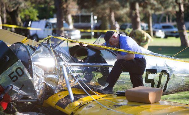 Poliisit tutkivat torstaina koneen romua.