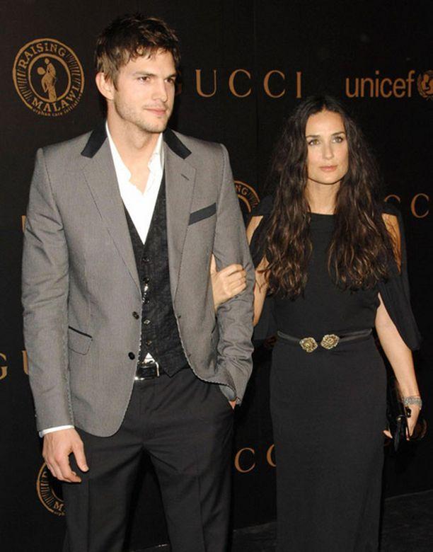 Ashton Kutcherin juhlista tulikin vieraille painajainen. Vierellä tyttöystävä Demi Moore.